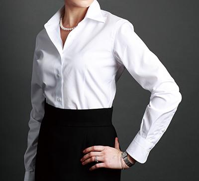 女の白シャツ